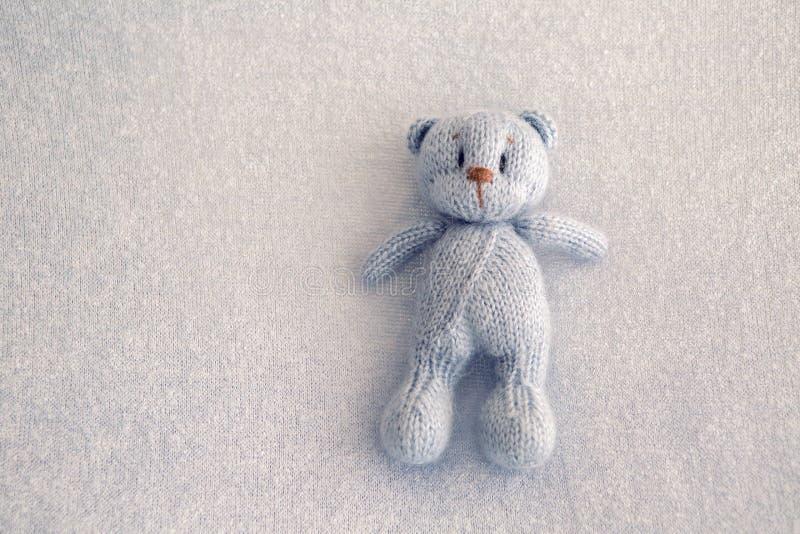 Голубым игрушка связанная плюшевым медвежонком стоковые фото