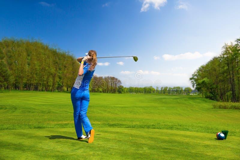 гольф играя женщину стоковое фото