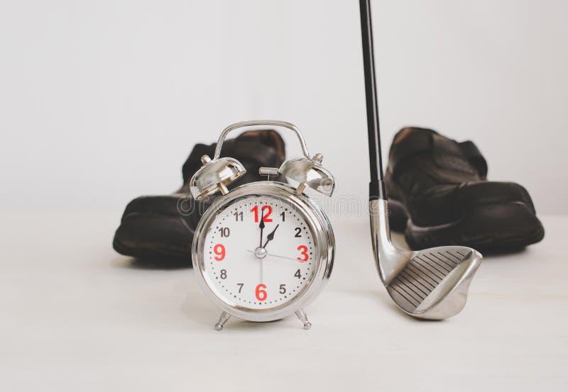 гольф-клуб и будильник с ботинками дела кожаными, концепция o стоковая фотография rf
