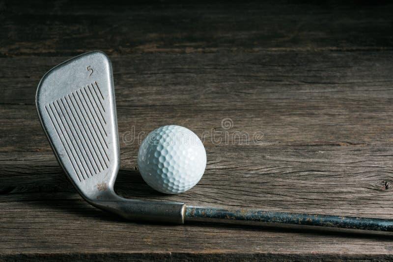 Гольф-клуб и шарик на старой древесине стоковое фото rf