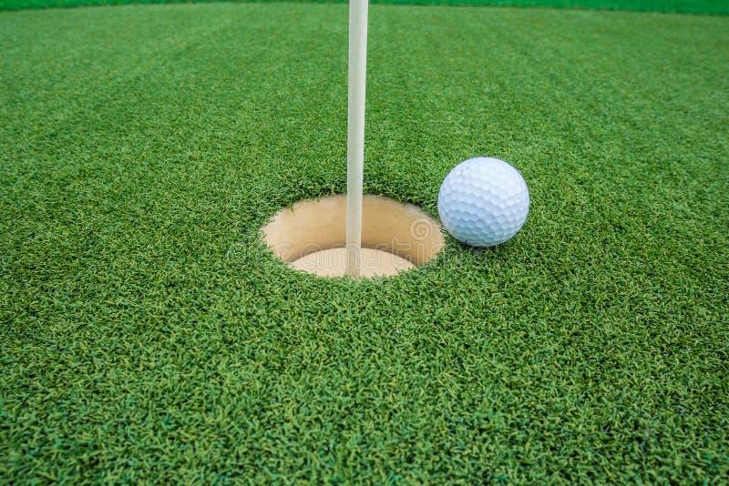 гольф шарика ударяя движение утюга стоковые изображения