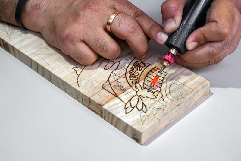 Гравировка человека на древесине стоковая фотография