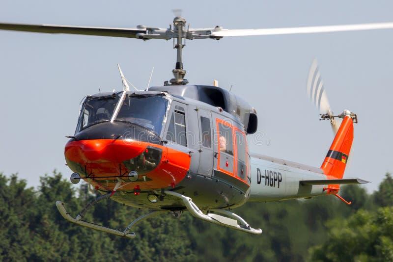 Гражданский вертолет колокола 212 в полете стоковое изображение rf