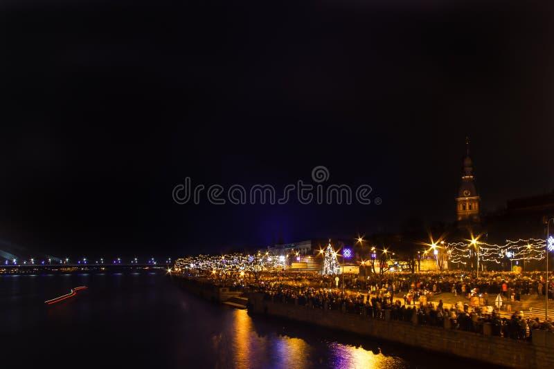 Граждане Риги ждать фейерверк Новых Годов стоковая фотография rf
