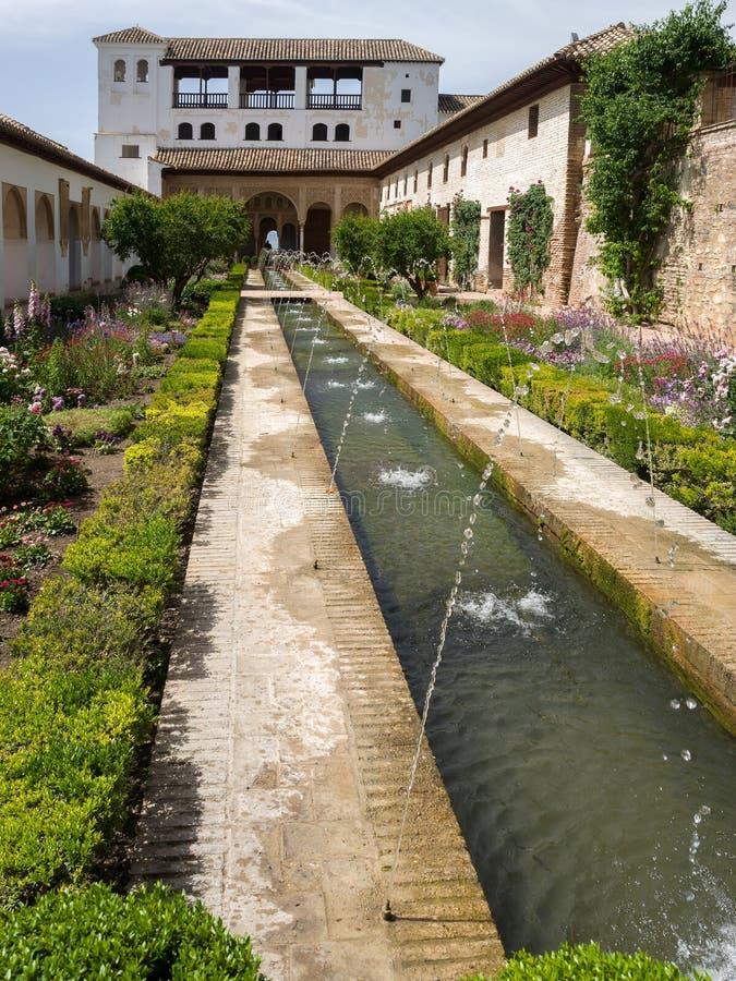 ГРАНАДА, ANDALUCIA/SPAIN - 7-ОЕ МАЯ: Взгляд фонтана в Alh стоковые изображения