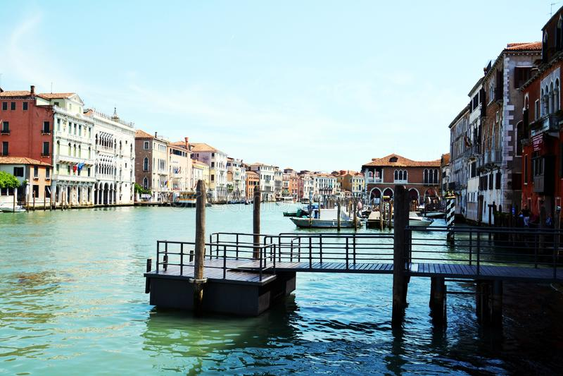Грандиозный канал, мост, панорамный взгляд в Венеции, в Европе стоковое фото rf