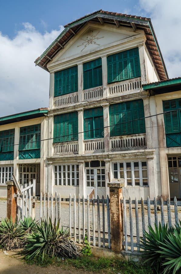 Грандиозный-Bassam, Кот-д'Ивуар - 2-ое февраля 2014: Старое колониальное здание, обмылок французской колонизации стоковое фото rf