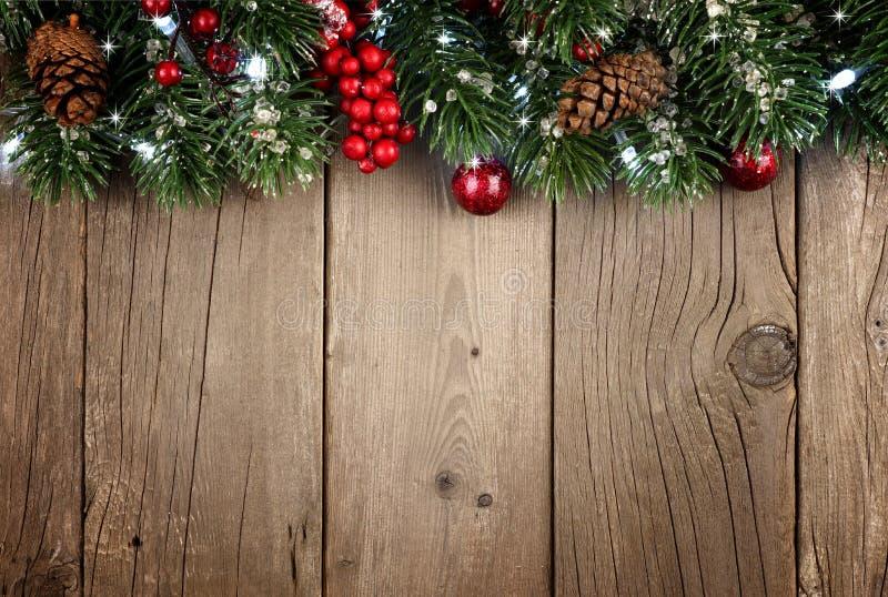 Граница верхней части ветви рождества на деревенской старой древесине стоковые фотографии rf