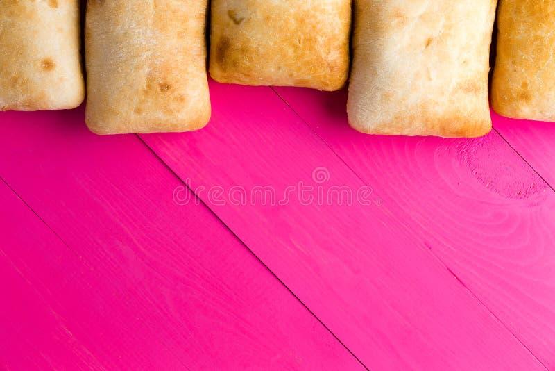 Граница итальянского хлеба ciabatta на экзотическом пинке стоковая фотография