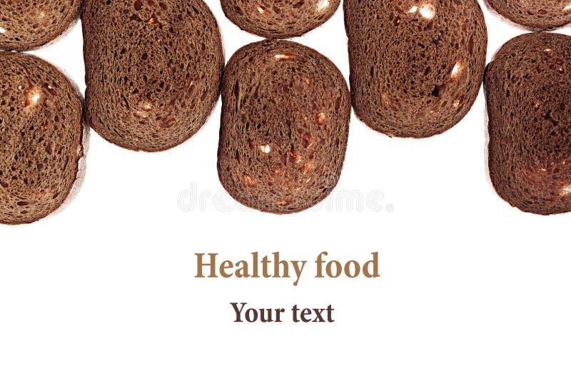 Граница кусков черного хлеба рож на белой предпосылке выпушка изолировано еда вареников предпосылки много мясо очень стоковые изображения