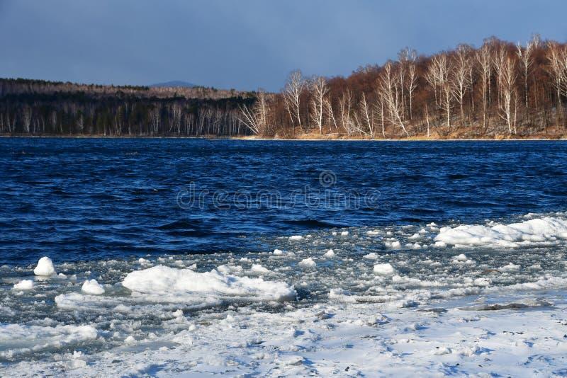 Граница льда и открытой воды с побережья острова Vyazovy на озере Uvildy Область Челябинска, южный Урал, Russi стоковые изображения