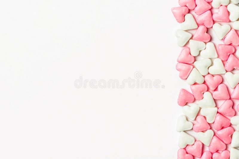 Граница от белых и розовых сердец конфеты сахара на твердой предпосылке Концепция любов Валентайн романтичная знамя плаката поздр стоковое фото