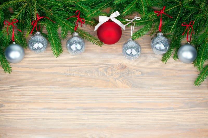 Граница рождества праздничная, рамка Нового Года декоративные украшения, серебряные и красные шариков с лентами на зеленых ветвях стоковое изображение