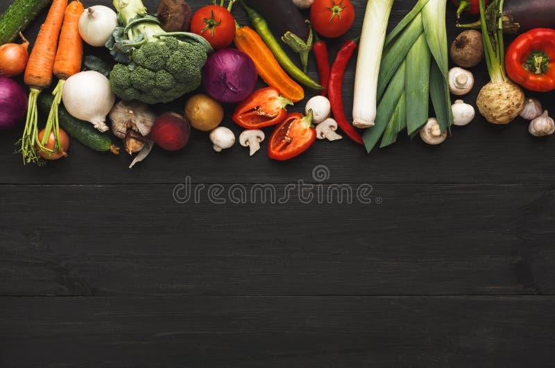 Граница свежих овощей на деревянной предпосылке с космосом экземпляра стоковые изображения