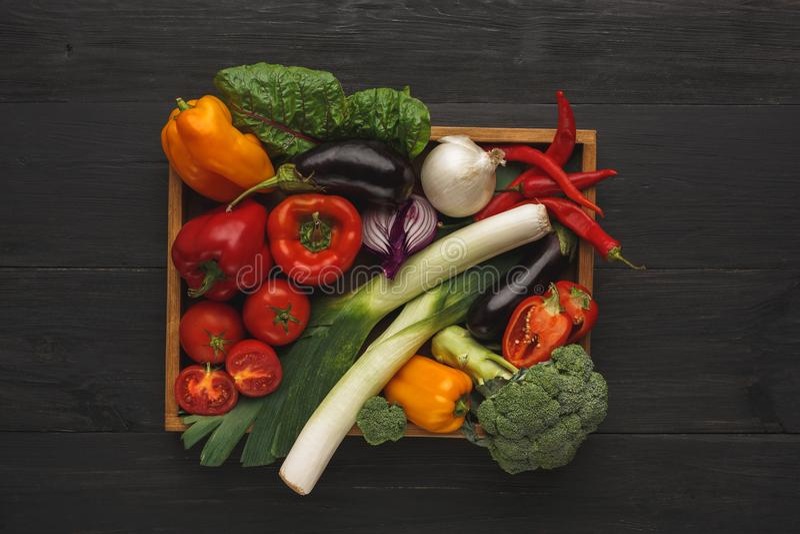 Граница свежих овощей на деревянной предпосылке с космосом экземпляра стоковые изображения rf