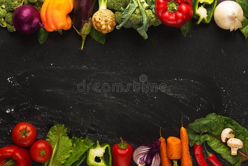 Граница свежих овощей на деревянной предпосылке с космосом экземпляра стоковые фотографии rf
