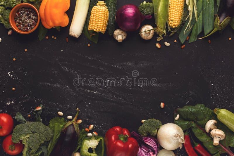 Граница свежих овощей на деревянной предпосылке с космосом экземпляра стоковое фото