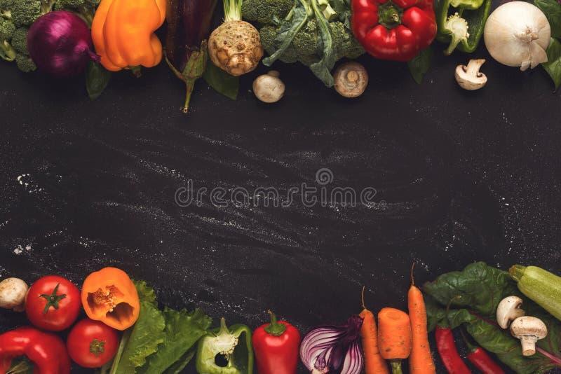 Граница свежих овощей на деревянной предпосылке с космосом экземпляра стоковые фото