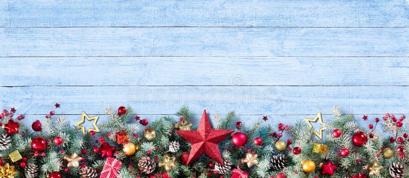 Граница украшения рождества ветвей и безделушек ели стоковые фото