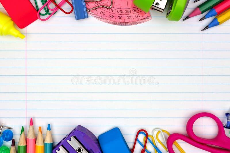 Граница школьных принадлежностей двойная на выровнянной бумажной предпосылке стоковые фотографии rf