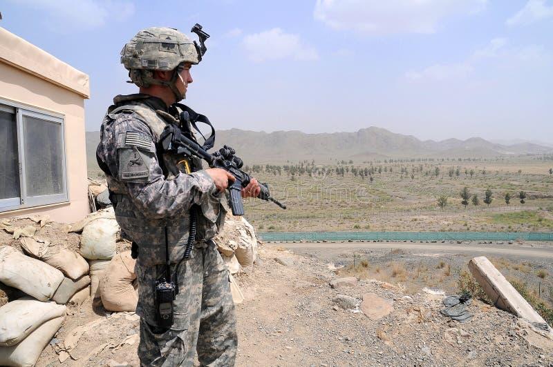 граница 3 афганцев проверяя место наблюдения стоковые изображения