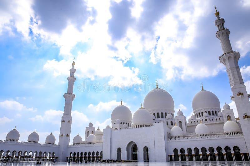 Грандиозная белая мечеть стоковые фотографии rf
