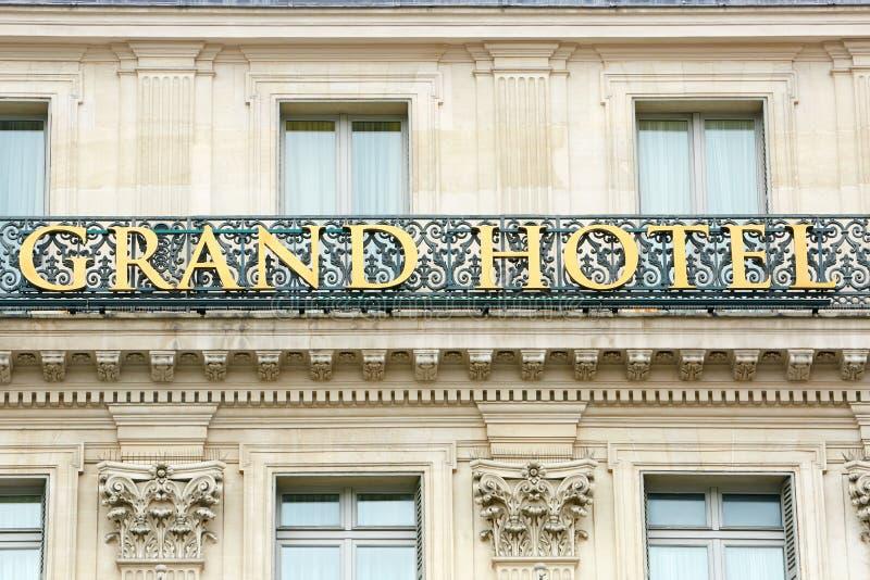 Грандиозная гостиница подписывает внутри Париж, Францию стоковые изображения
