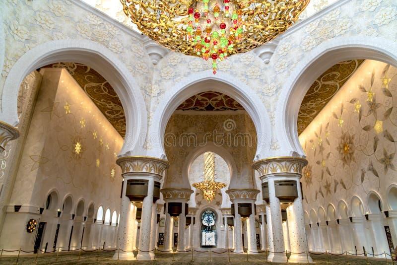 Грандиозная мечеть Абу-Даби - интерьер стоковая фотография