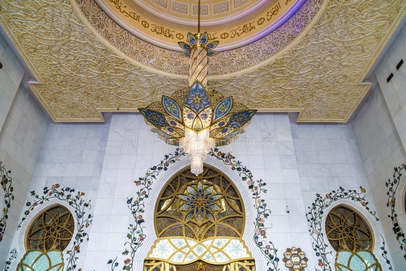 Грандиозная мечеть Абу-Даби - интерьер стоковые фото
