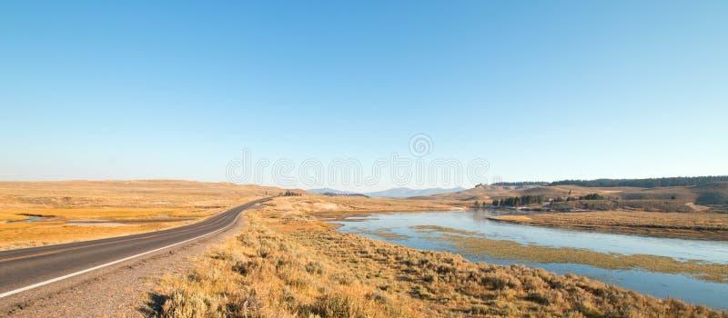 Грандиозная петляющая дорога рядом с загибом в Реке Йеллоустоун в долине Hayden в национальном парке Йеллоустона в Вайоминге стоковые изображения rf