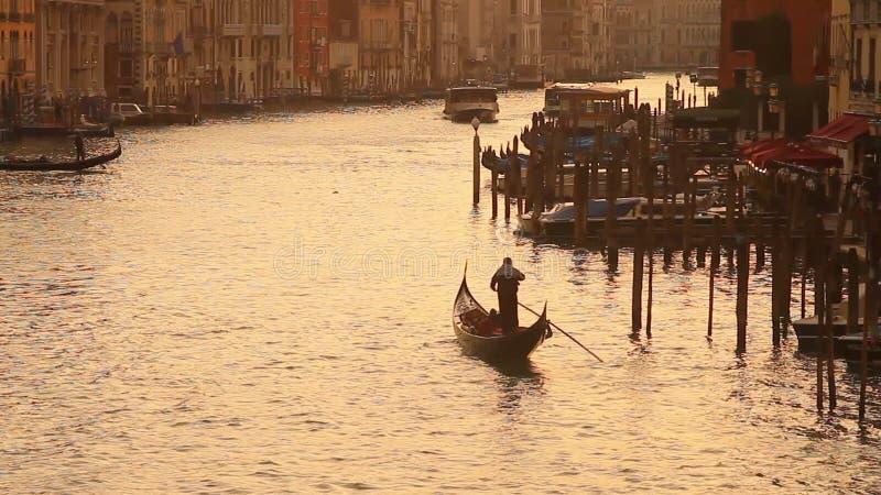 Грандиозный канал в Венеции на заходе солнца акции видеоматериалы