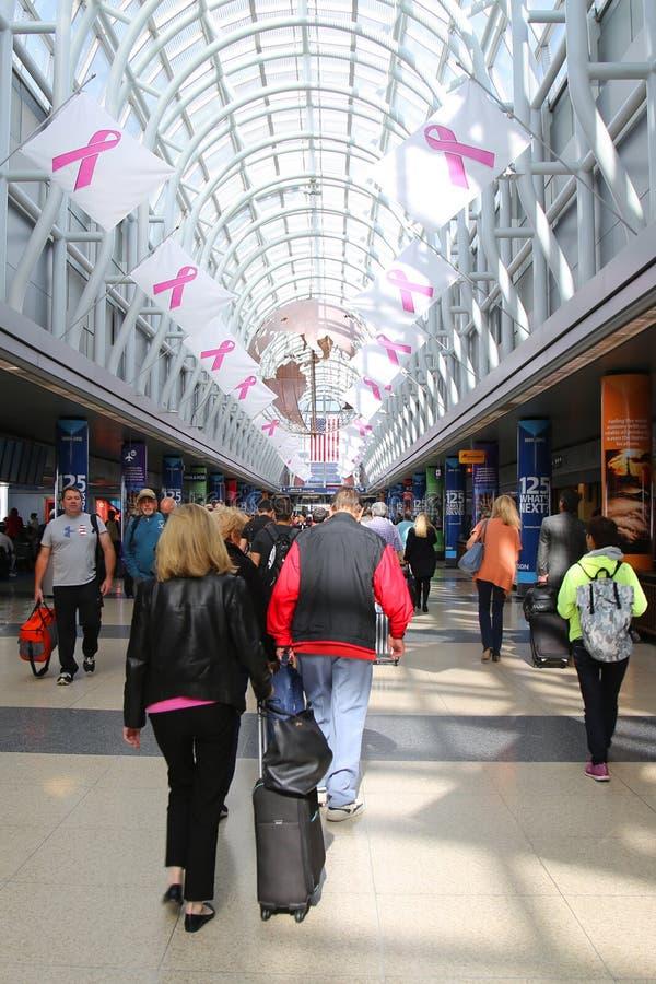 Грандиозный конкурс украшенный с информационной кампанией рака молочной железы сигнализирует на международном аэропорте O'Hare в  стоковые изображения