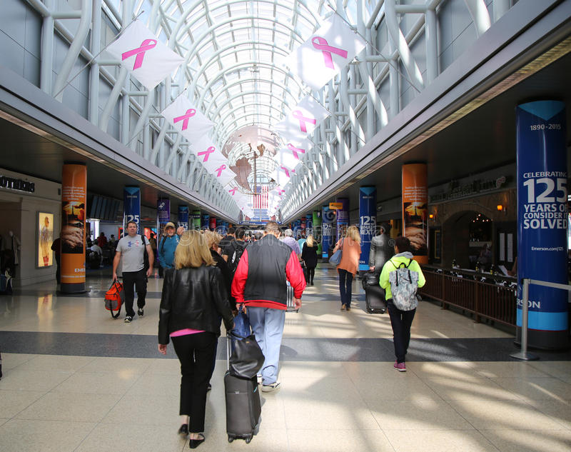 Грандиозный конкурс украшенный с информационной кампанией рака молочной железы сигнализирует на международном аэропорте O'Hare в  стоковые изображения rf
