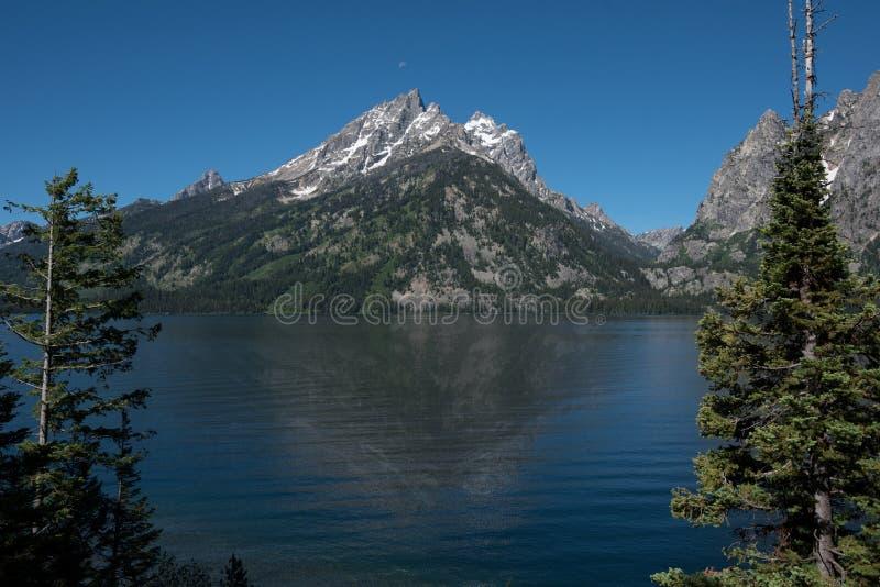 Грандиозный подъем гор Teton выше озеро Дженни стоковые фото
