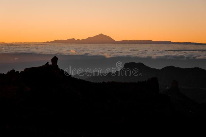 ГРАН-КАНАРИИ, ИСПАНИЯ - 6-ОЕ НОЯБРЯ 2018: Ландшафт утра горы Roque Nublo под оранжевым туманным небом и стоковая фотография rf
