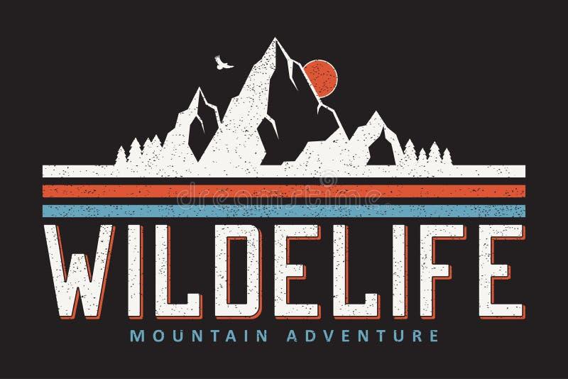 Графики оформления горы для футболки лозунга На открытом воздухе печать приключения для одеяния, дизайна футболки с grunge вектор иллюстрация штока