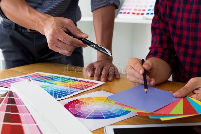 График-дизайнеры выбирают цвета от образцов диапазонов цвета для дизайна Дизайнерская графическая концепция работы творческих спо стоковые фото