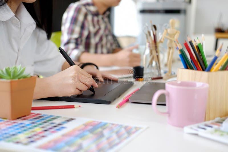 График-дизайнер работая в офисе стоковая фотография