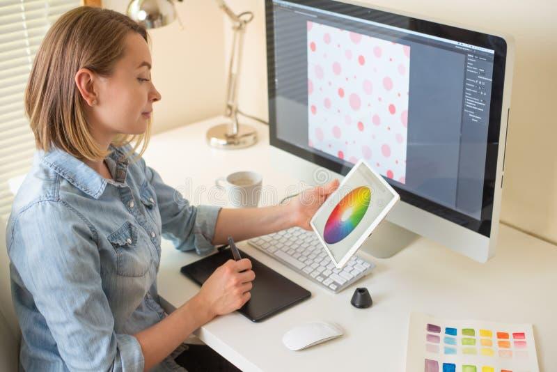 График-дизайнер Работа с цветом на проекте конструктивная схема веб-дизайна freelancer r стоковая фотография rf