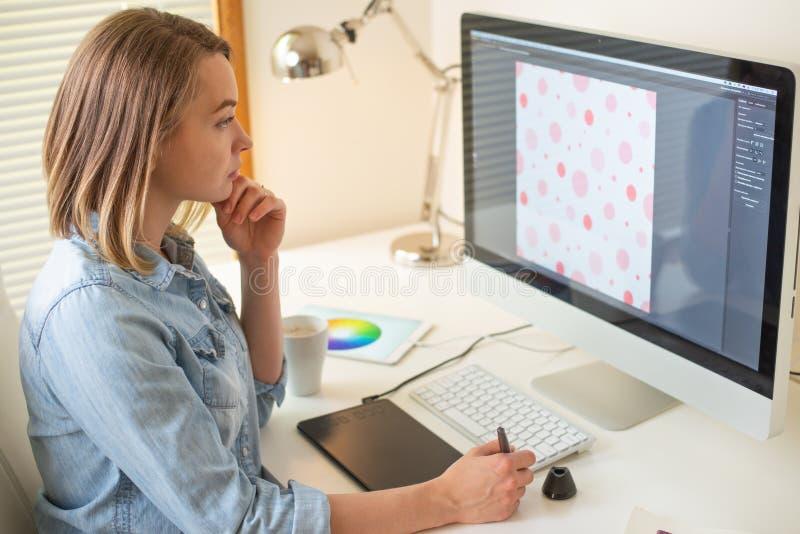 График-дизайнер Работа с цветом на проекте конструктивная схема веб-дизайна freelancer r стоковые фото