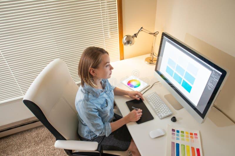 График-дизайнер сидя на работе Иллюстратор дизайнер сети freelancer стоковые фото