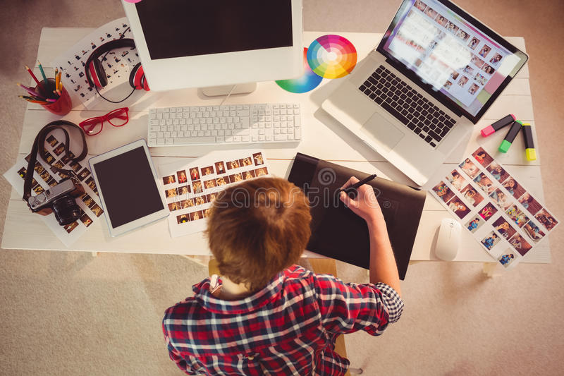 График-дизайнер работая на столе стоковое фото rf
