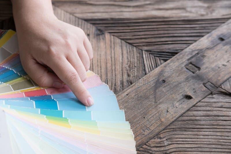 график или дизайнер по интерьеру выбирая цвет от образца цвета стоковые изображения rf
