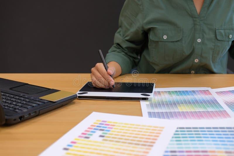 графический дизайнер по интерьеру работая с компьютером творческий Д-р человека стоковое фото rf