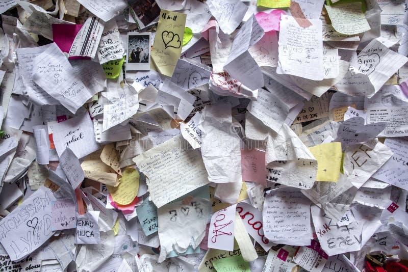 Граффити на доме Juliet полевки кирпича в Вероне Стена предусматриванная с сообщениями любов, дом Juliet, Верона, Италия стоковые фотографии rf
