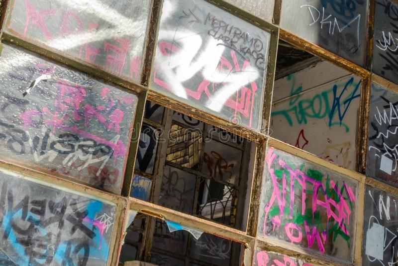 Граффити на сломленных окнах стоковое фото