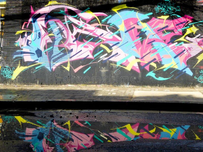 Граффити огораживают с отражением стоковая фотография