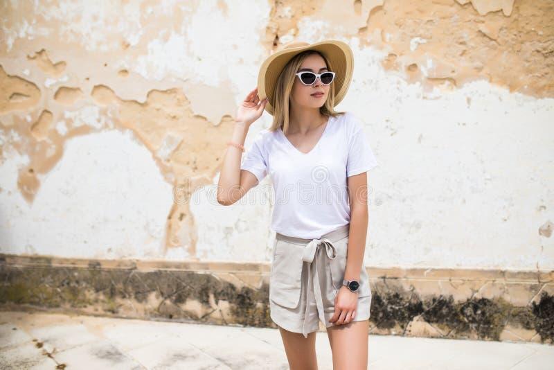 Грациозная молодая женщина представляя пока прогулка снаружи в хорошем настроении На открытом воздухе фото конца-вверх довольной  стоковое фото rf