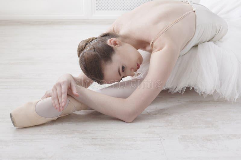 Грациозно балерина протягивая, предпосылка балета стоковые изображения rf