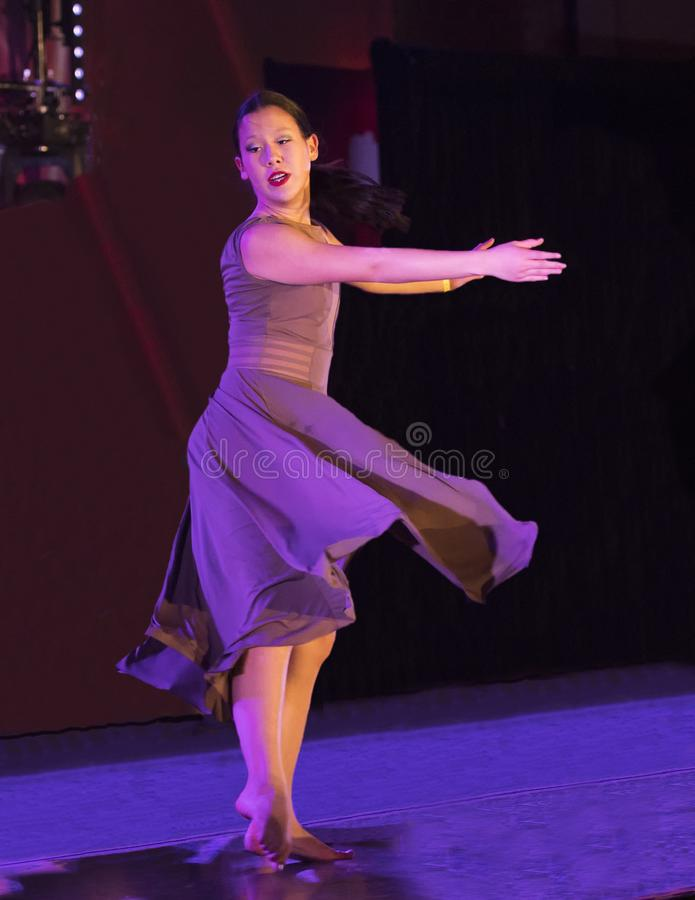 Грациозно движение танца выполнило девочка-подростком Amerasian стоковые изображения rf